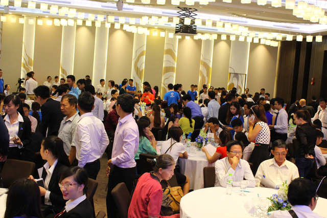Khách hàng tham dự lễ mở bán dự án Khu căn hộ thương mại Luxcity