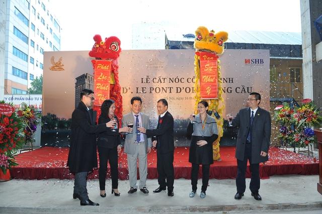Đại diện Ban Lãnh đạo Tập đoàn Tân Hoàng Minh trong Lễ cất nóc cho dự án vào ngày 16/1/2016