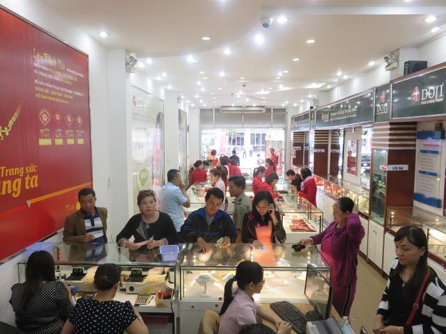 Tại Chi nhánh DOJI, 172 Hùng Vương, TP Đà Nẵng, nhiều khách hàng đã chọn mua đồng vàng Kim Thân trước ngày vía thần tài để sớm rước Tài Lộc về nhà.