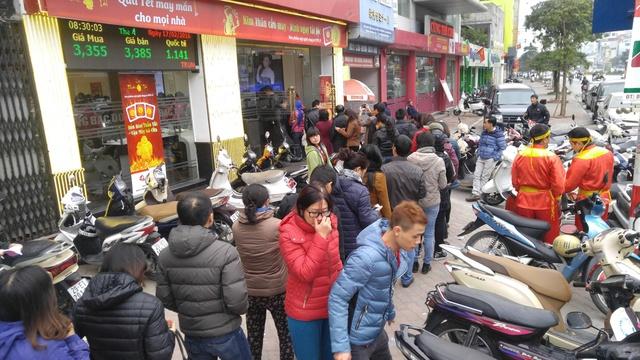 Người dân xếp hàng dài chờ tới lượt xuất tiền mua vàng Kim Thân vào ngày Thần Tài mùng 10 tháng giêng tại Trung tâm 209 Xã Đàn, Đống Đa, Hà Nội mong công danh hiển đạt, kinh doanh phát tài phát lộc, mọi việc tốt tươi trong cả năm.
