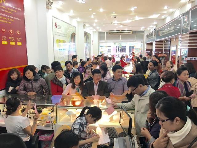 """Tại 172 Hùng Vương, TP Đà Nẵng cũng như nhiều cửa hàng khác, khách hàng """"nằm lòng"""" thông tin về đồng vàng Kim Thân với đặc tính nổi trội bởi thiết kế đẹp mắt, sử dụng công nghệ 3D và mang nhiều ý nghĩa phong thủy."""
