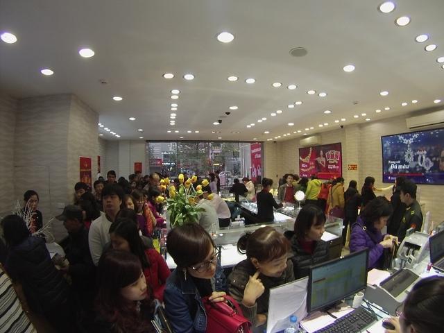 Tại số 10A Hà Đông, Quang Trung, Hà Nội, nhiều khách hàng tìm mua cho được sản phẩm của Tập đoàn DOJI với niềm tin đón Thần Tài gõ cửa mang lại Tài Lộc, phúc thọ an khang cho gia đình.