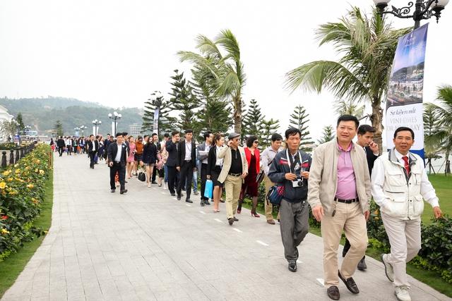 Khách hàng hào hứng đến tham dự sự kiện ra mắt Vinhomes Dragon Bay tại Hạ Long