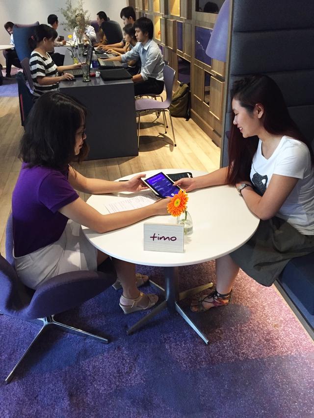 Nhân viên Timo đang hướng dẫn dịch vụ cho khách hàng tại Timo Hangout