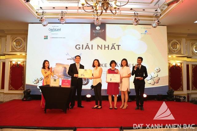 Ông Lim Andre – Tổng Giám đốc CapitaLand khu vực miền Bắc trao giải nhất (Xe máy Vespa) cho chị Vũ Thị Phượng – Chủ nhân căn hộ S2 – và Bà Jaselyn Wan – Giám đốc KD và tiếp thị CapitaLand Việt Nam trao giải nhất (Ipad Air) cho chị Nguyễn Thị Tuyết Nga - khách tham dự tại sự kiện.