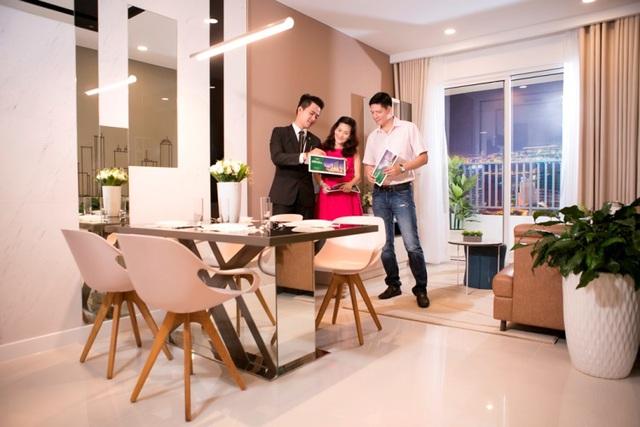Vợ chồng MC Bình Minh nghe tư vấn về căn hộ The Park Avenue