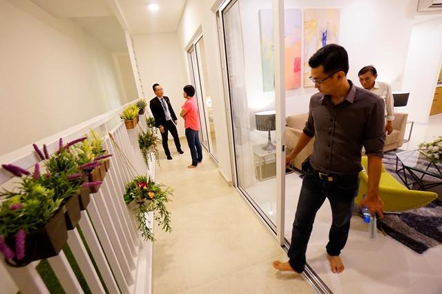Khách tham quan căn hộ 3 phòng ngủ của The Sun Avenue, căn hộ có ban công rộng nối dài từ phòng khách đến phòng ngủ