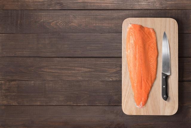 Sashimi cá hồi chuẩn tươi ngon tại nhà - Ảnh 2.
