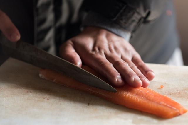 Sashimi cá hồi chuẩn tươi ngon tại nhà - Ảnh 3.