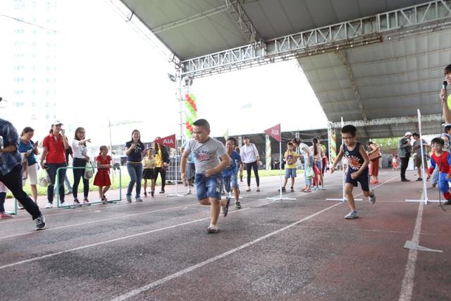 Trẻ em lại thích thú với các cuộc thi chạy vui nhộn rành riêng cho các em