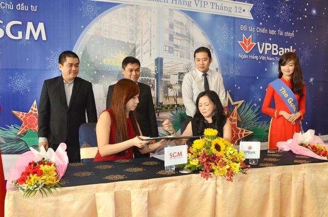 Đại diện Công ty CP May Diêm Sài Gòn và đại diện VPBank thực hiện nghi thức ký kết hợp tác