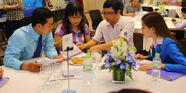 Nhân viên tư vấn cho khách hàng quan tâm căn hộ Luxcity