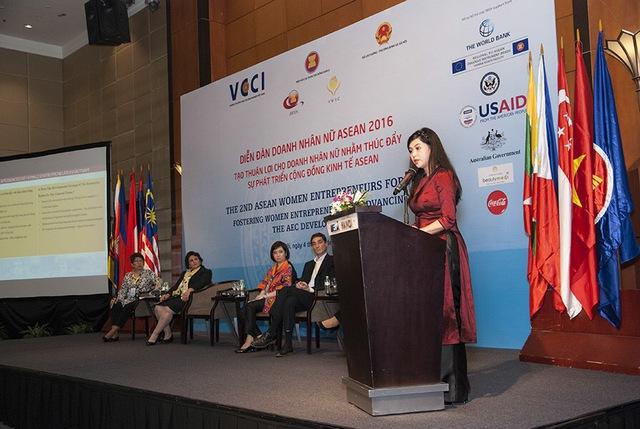 """Doanh nhân Lê Hồng Thủy Tiên chia sẻ kinh nghiệm với các doanh nhân nữ ASEAN tại diễn đàn trong phiên họp """"Hỗ trợ doanh nhân nữ lớn mạnh"""""""