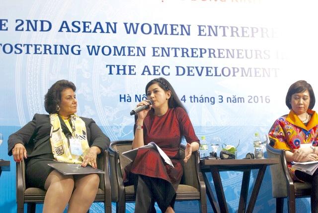 """Doanh nhân Thủy Tiên trả lời những câu hỏi tại diễn đàn trong phiên họp """"Hỗ trợ doanh nhân nữ lớn mạnh"""""""