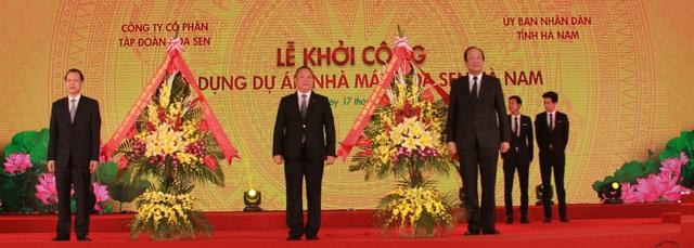 Phó thủ tướng Vũ Văn Ninh (bên trái) và ông Mai Tiến Dũng, Bí thư tỉnh ủy Hà Nam (bên phải) tặng hoa chúc mừng Tập đoàn Hoa Sen