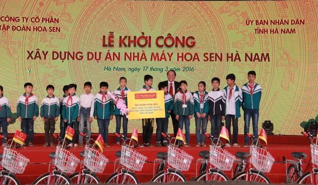 Ông Trần Ngọc Chu - Tổng Giám đốc Tập đoàn Hoa Sen trao tặng 50 chiếc xe đạp cho 50 em học sinh nghèo hiếu học của tỉnh Hà Nam