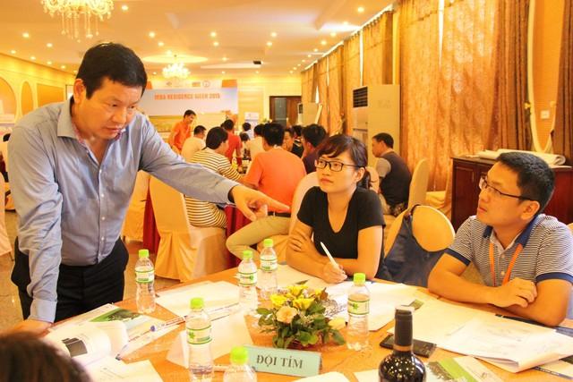 Chủ tịch HĐQT FPT Trương Gia Bình chia sẻ với học viên FeMBA trong sự kiện MBA Residence Week 2015