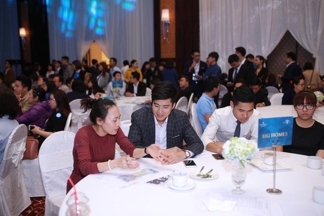 Ông Nguyễn Anh Hai – Giám đốc kinh doanh công ty BigHomes đang giải đáp thắc mắc cho khách hàng tại lễ mở bán Park 10 - Master PREMIUM