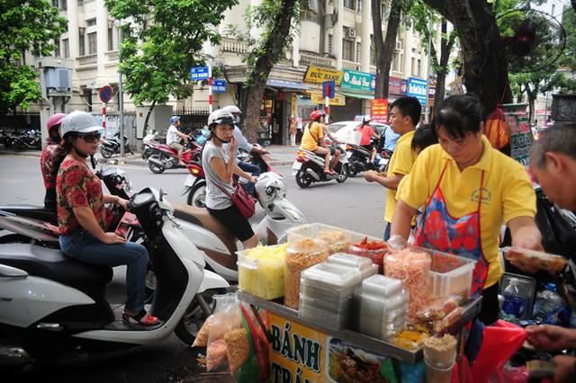 """Bánh tráng trộn Cô Toàn 86 Hàng Trống """"hút"""" giới trẻ Hà thành 3"""