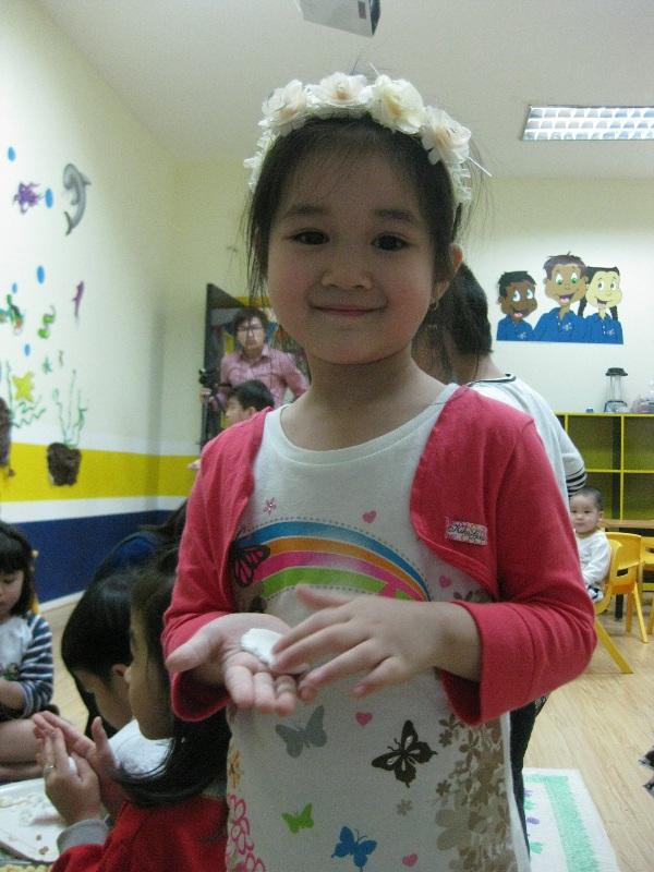 Bé háo hức học làm bánh trôi bánh chay cho Tết Hàn thực 2