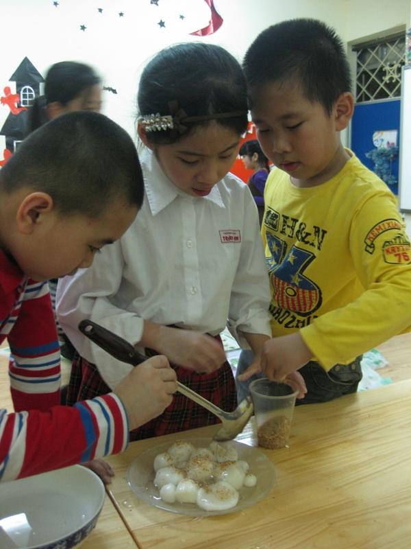 Bé háo hức học làm bánh trôi bánh chay cho Tết Hàn thực 4