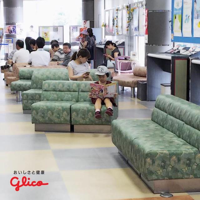Trẻ em Nhật đọc sách từ khi chưa biết chữ - Ảnh 1.